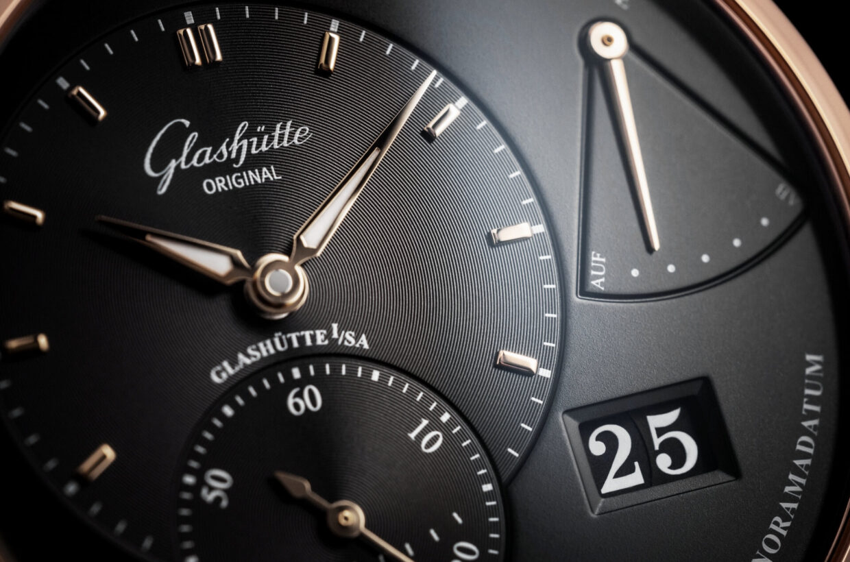 Striking Panorama Date Glashütte Original's characteristic big date is based on two concentrically arranged date discs which are mounted on the same level. The absence of a separation bar allows the date numerals to be read comfortably.
