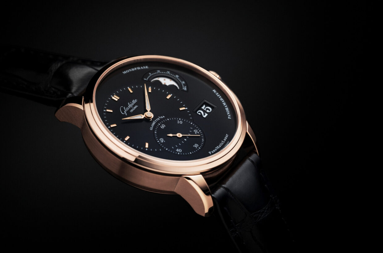 Black dial Galvanic black dial, vinyl pattern on off-centre displays, rose gold hands with Super-LumiNova inlays