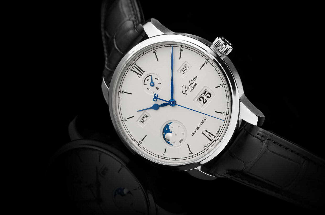 Extraordinary legibility & comfort The Senator Excellence Perpetual Calendar offers impressive comfort and user-friendliness. Its harmonious and clearly designed dial makes it easy to read, while a practical universal corrector allows the day, date and month to be advanced simultaneously.