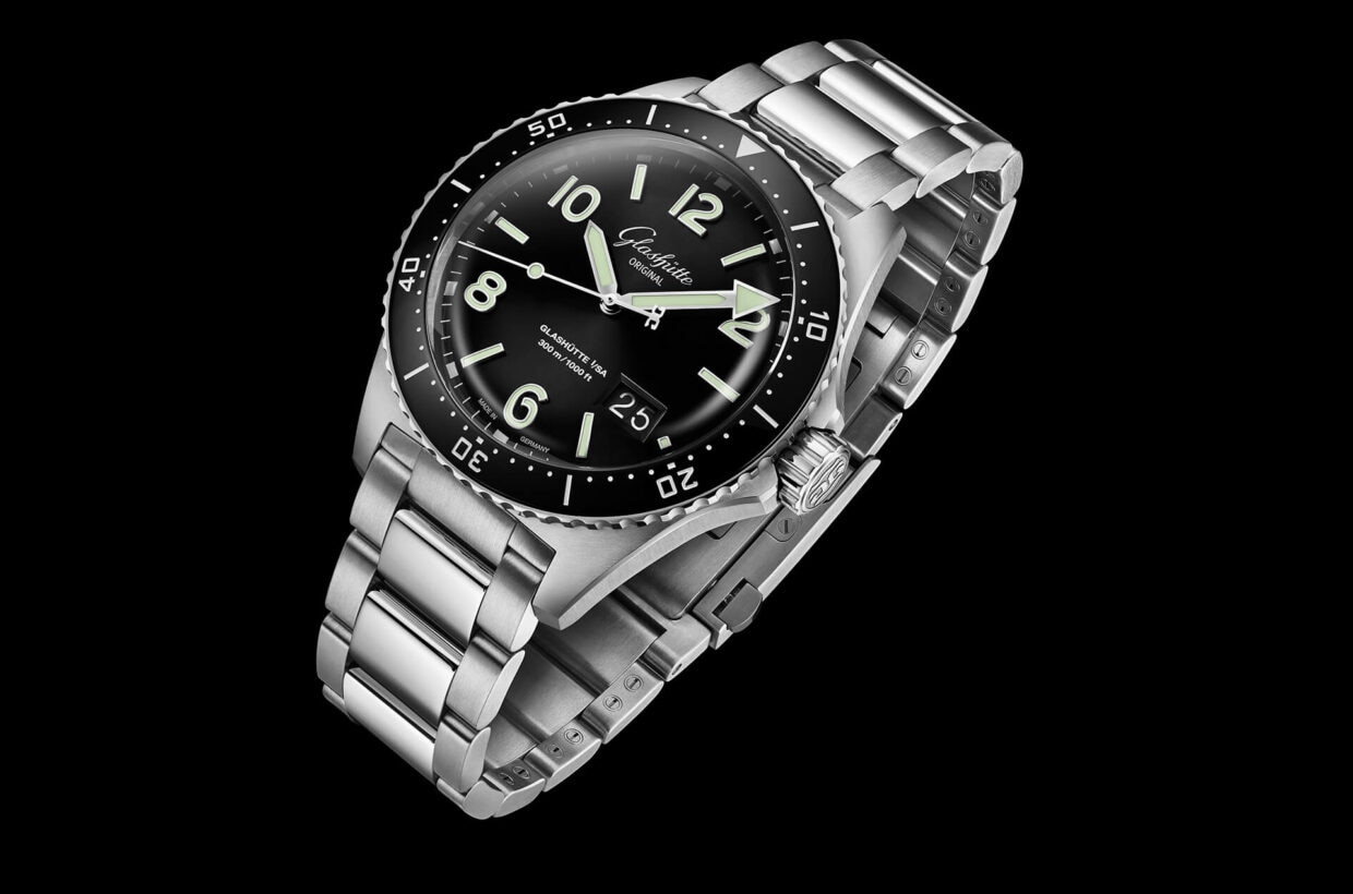 Stainless steel case Case in stainless steel, counter-clockwise rotating bezel half-minute detent and scratch-proof black ceramic inlay, centrally screwed sapphire crystal case back