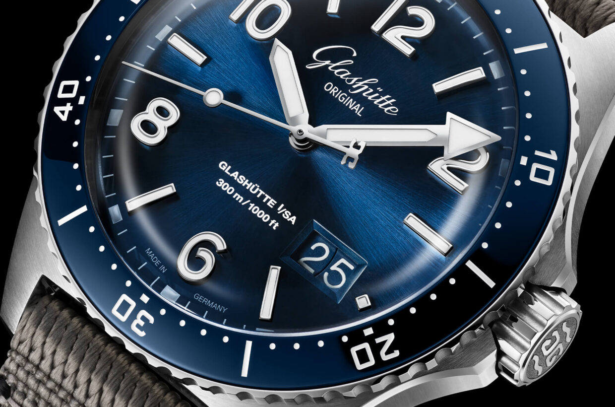 Blue dial Galvanic blue dial with sunray finish, hands, applied numerals and indexes with Super-LumiNova inlays, luminous marking on chapter ring
