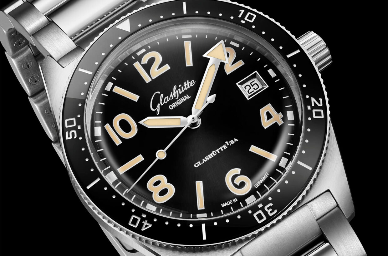Black dial Galvanic black dial, hands, printed numerals and indexes with Super-LumiNova, luminous marking on chapter ring