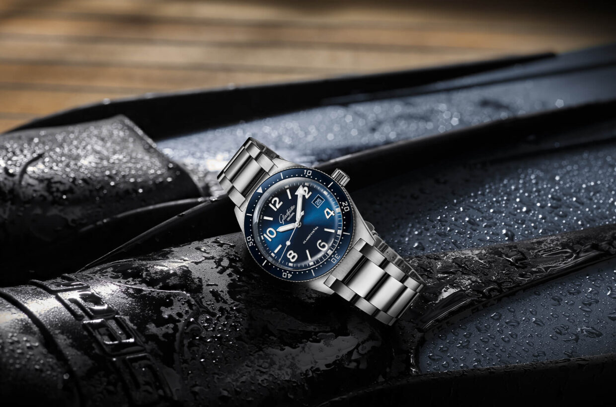 Stainless steel case and rotating bezel Case in stainless steel, counterclockwise rotating bezel with half-minute detent and scratch-proof blue ceramic inlay, centrally screwed case back with engraving