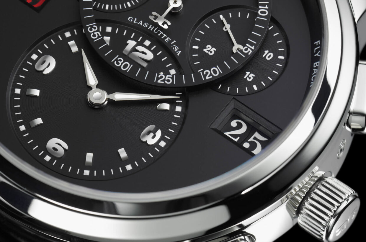 Optimal legibility The characteristic Panorama Date appears at 3 o'clock with white numerals on a black ground. The lower half of the dial presents the hours and minutes display. Clearly visible above it is the stop seconds display, flanked by the seconds display and a 30-minute counter.