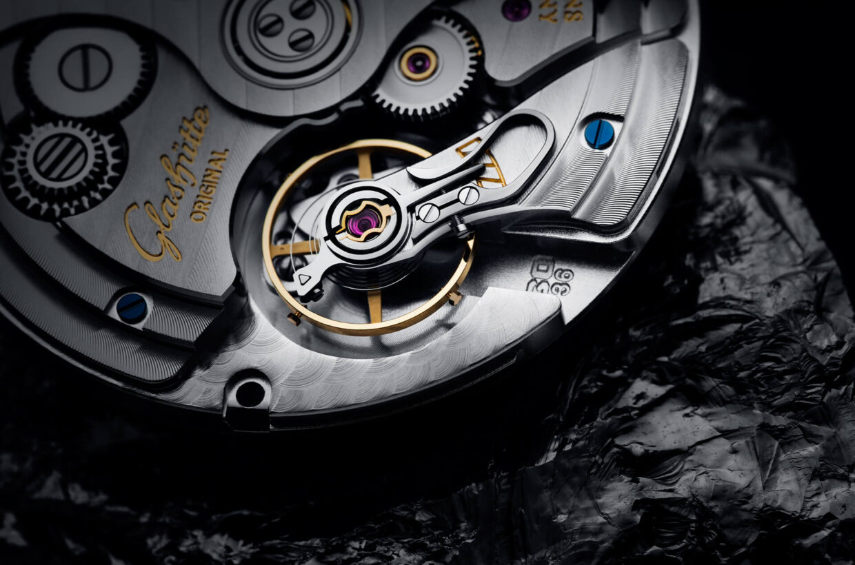 Award-winning calibre The award-winning Calibre 36 was developed with the demands of modern life in mind. A silicon balance spring ensures maximum precision, while the optimised spring barrel offers a power reserve of more than 100 hours at a frequency of 4 Hertz.