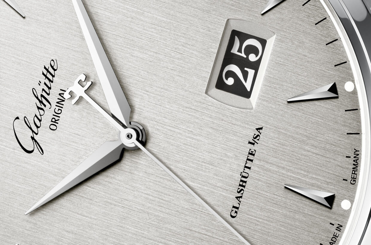 Silver-grey dial Silver-grey galvanised dial enhanced by vertically brushed finish, appliques in white gold, sword-shaped hands, Panorama Date with white numerals on dark grey background