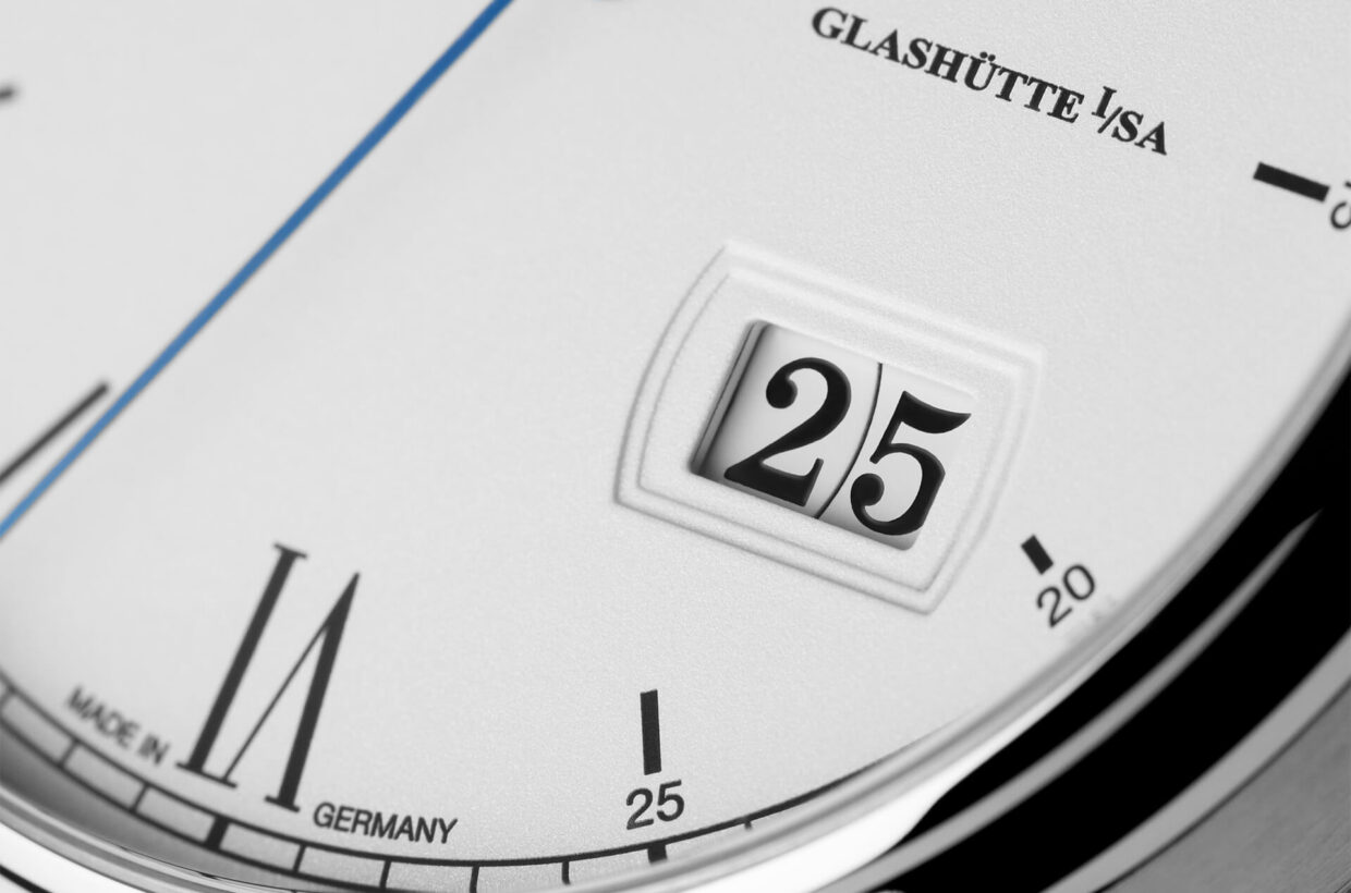 Typical Panorama Date Along with the moon phase, this watch gives pride of place to the brand's renowned Panorama Date. Two concentrically arranged display discs mounted on the same level ensure optimal legibility of the date without a central separation bar.