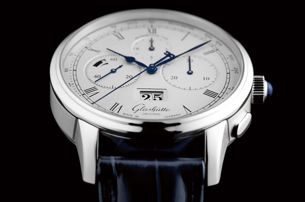 Silver-plated dial Dial in solid gold with subsequent silver-plating by friction, engraved displays with black inlays, Roman numerals, railroad chapter ring and tachometric scale, polished and blued hands