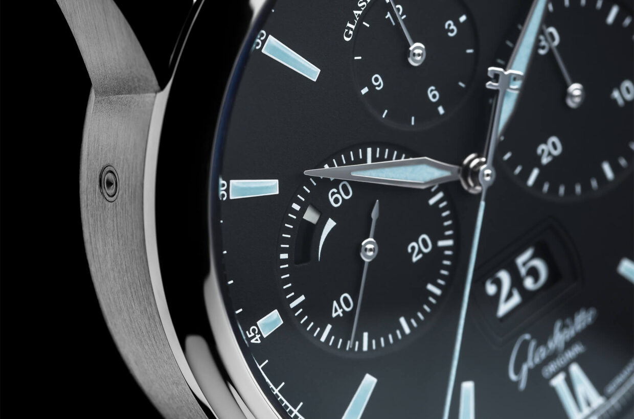Black dial Dial with black lacquer and white details, Roman numerals, indexes and hands laid out with light blue Super-LumiNova, railroad chapter ring