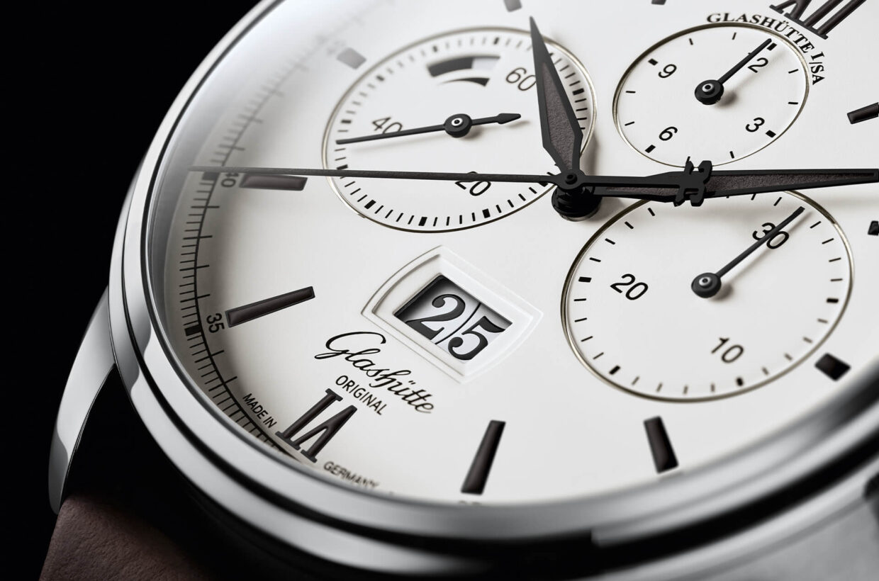White dial Dial with white lacquer and deep black details, Roman numerals, indexes and hands laid out with Super-LumiNova, railroad chapter ring