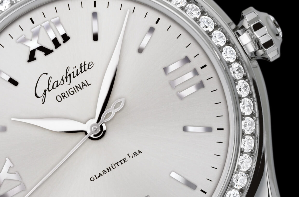 Silver-coloured dial Galvanic silver dial with delicate sunray finish, printed minute scale, applied indexes and Roman numerals, hands in white gold