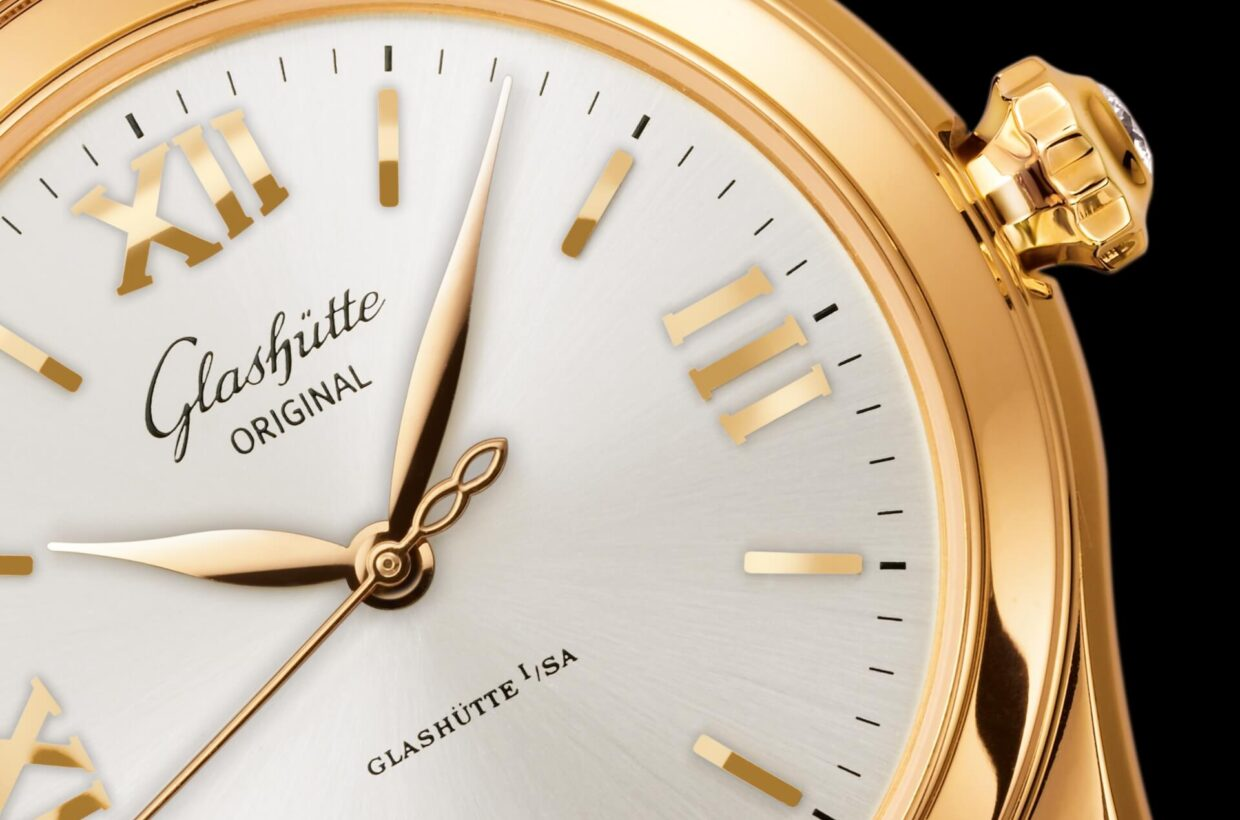 Silver-coloured dial Galvanic silver dial with delicate sunray finish, printed minute scale, gold-plated applied indexes and Roman numerals, hands in rose gold