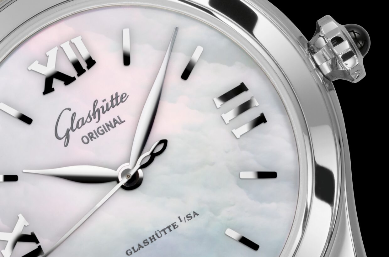 Mother-of-pearl dial Mother-of-pearl dial with delicate pastel shimmer, applied Roman numerals and indexes, hands in white gold