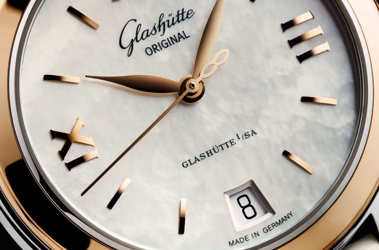 Mother-of-pearl dial White mother-of-pearl dial, gold-plated applied indexes and Roman numerals, hands in rose gold
