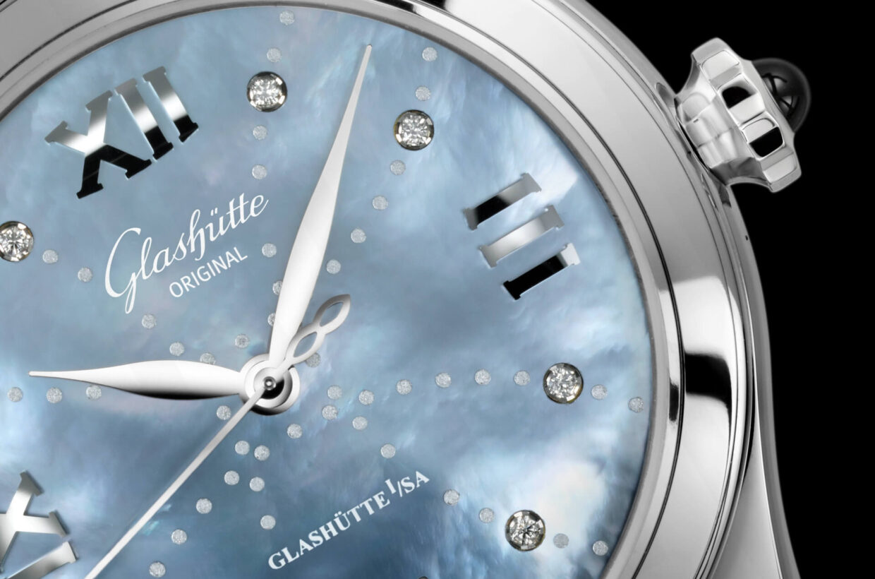 Mother-of-pearl dial Sky-blue mother-of-pearl dial, applied Roman numerals, 8 brilliant-cut diamonds serve as hour indexes, decorative dots, hands in white gold