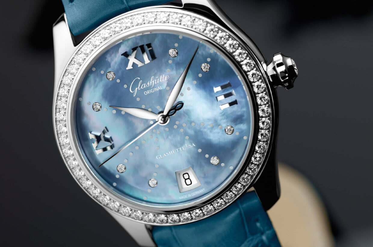 Stainless steel case Polished case in stainless steel with sapphire crystal case back, bezel set with brilliant-cut diamonds, brilliant-cut diamond on crown