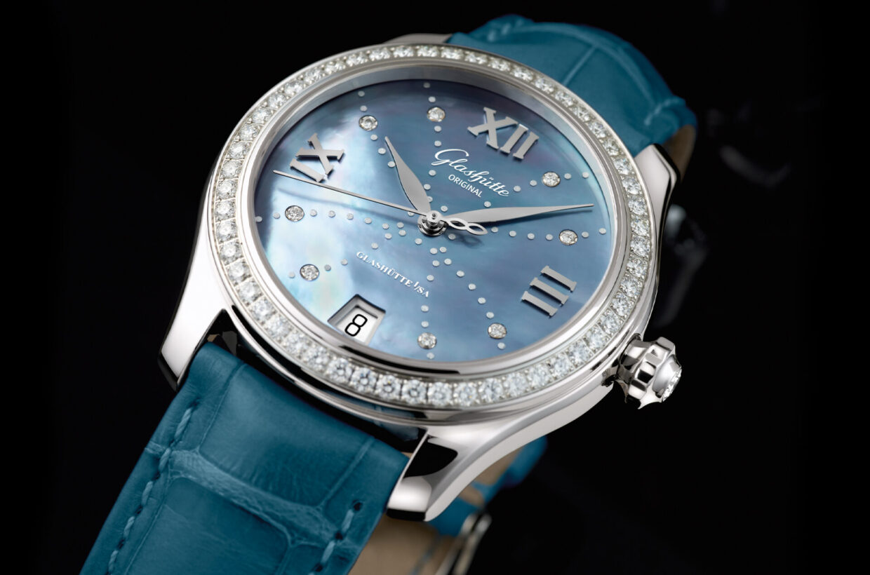Strap versions Grey-blue Louisiana alligator leather strap with pin buckle or fold-over clasp in stainless steel, polished/satin-brushed metal bracelet in stainless steel