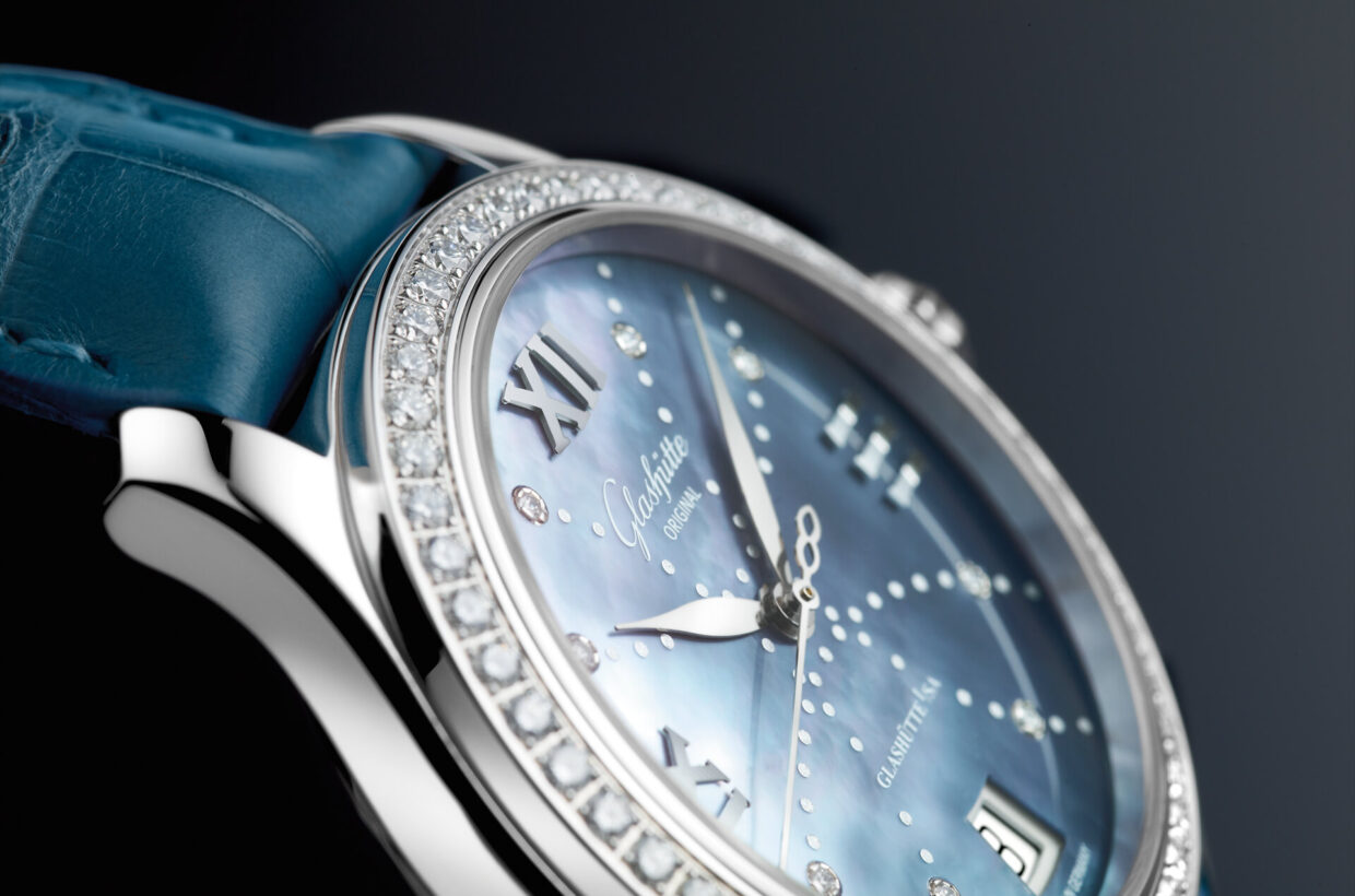 Mother-of-pearl dial Sky-blue mother-of-pearl dial, 8 brilliant-cut diamonds serve as hour indexes, decorative dots, hands in white gold