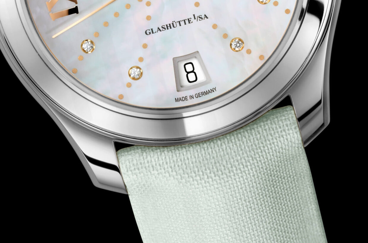 Strap versions Mint-coloured calfskin strap with pin buckle or fold-over clasp in stainless steel, polished/satin-brushed metal bracelet in stainless steel