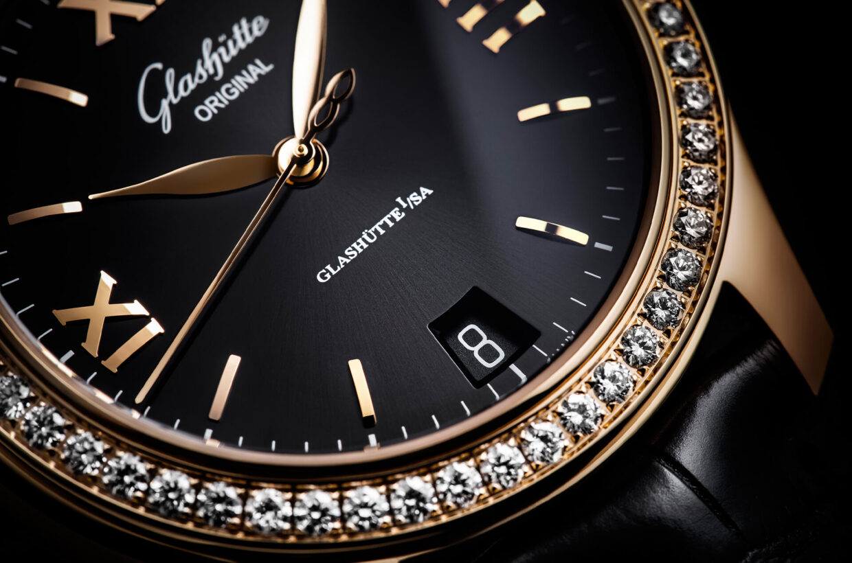 Black dial Galvanic black dial with delicate sunray finish, printed minute scale, gold-plated applied indexes and Roman numerals, hands in rose gold