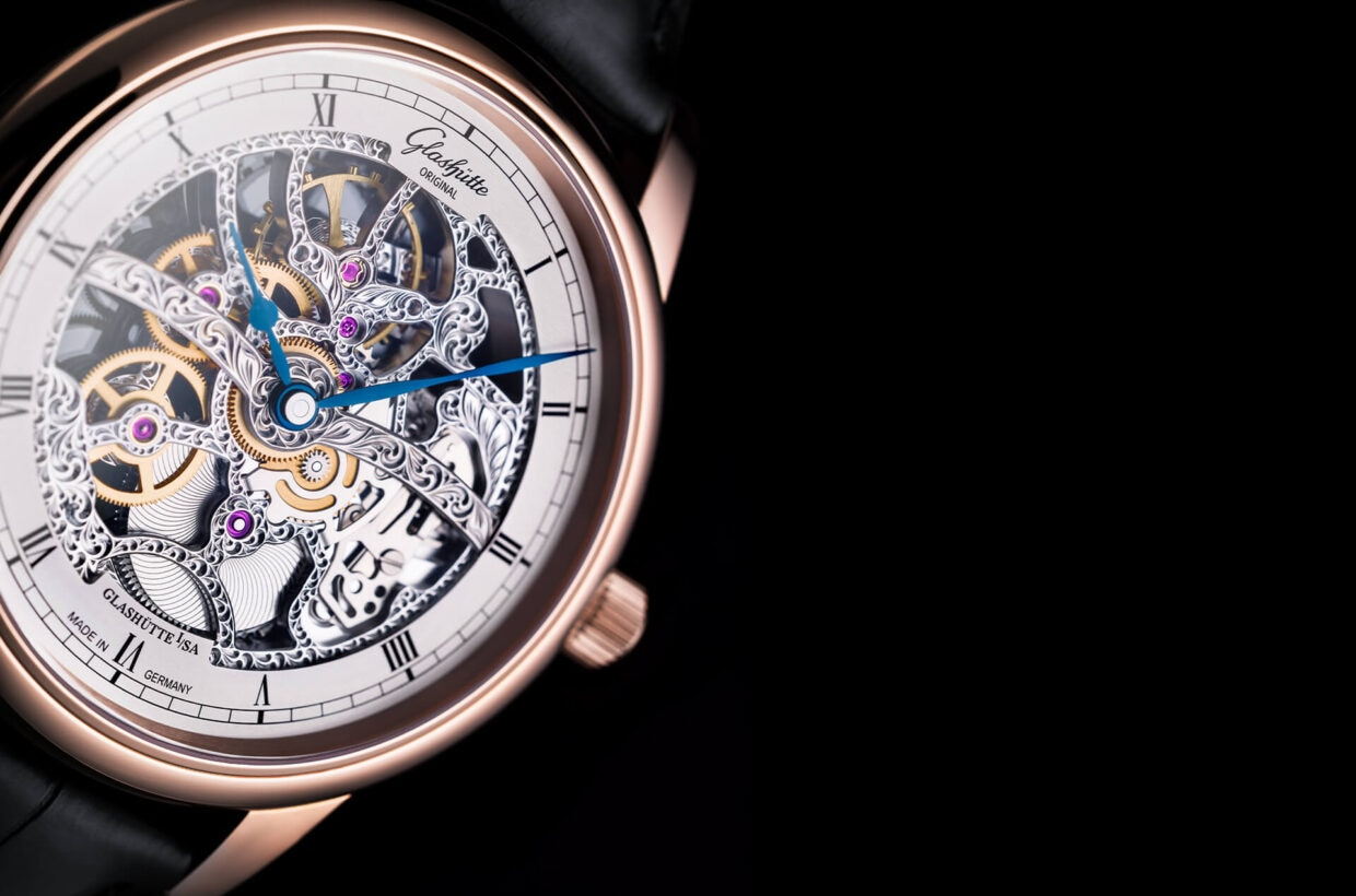 Movement with traditional finishes Traditionally finished and hand-engraved manufactory movement