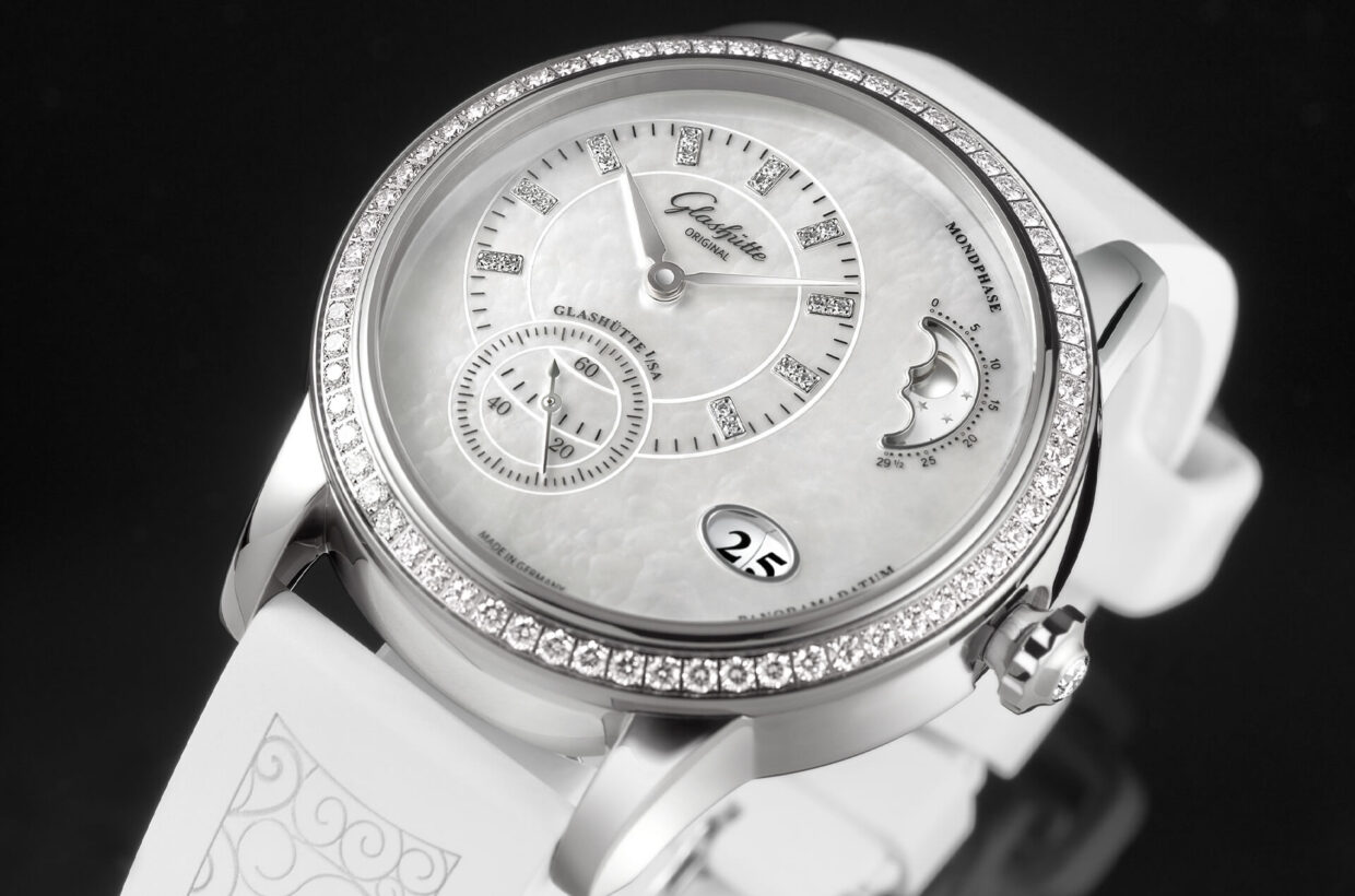 Stainless steel case Polished case in stainless steel with sapphire crystal case back, bezel set with 64 brilliant-cut diamonds, brilliant-cut diamond on crown