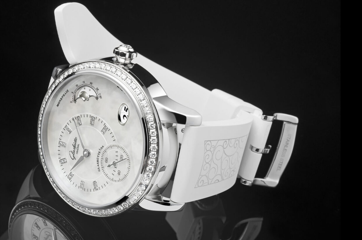 Strap versions Louisiana alligator leather in mother-of-pearl white or grey-brown, delicately printed white rubber strap