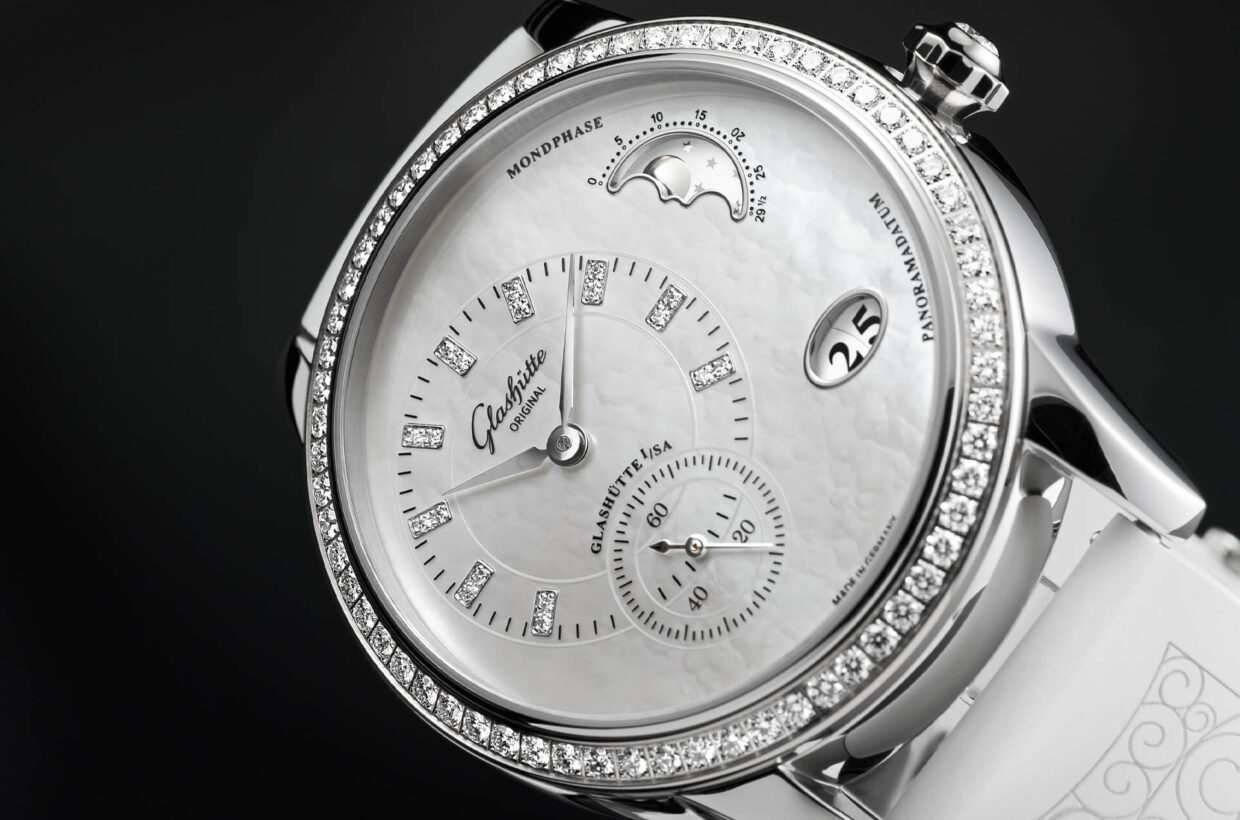 Mother-of-pearl dial White mother-of-pearl dial, rod indexes set with a total of 18 brilliant-cut diamonds, white gold hands
