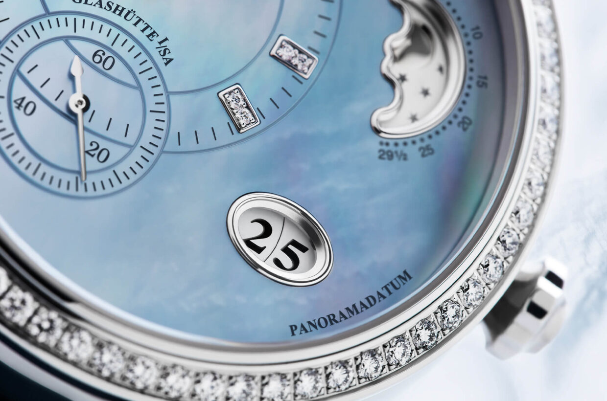 Feminine Panorama Date Glashütte Original's characteristic big date is based on two concentrically arranged display discs, which are on the same level. The date window is gently rounded and contributes to the feminine character of this watch.