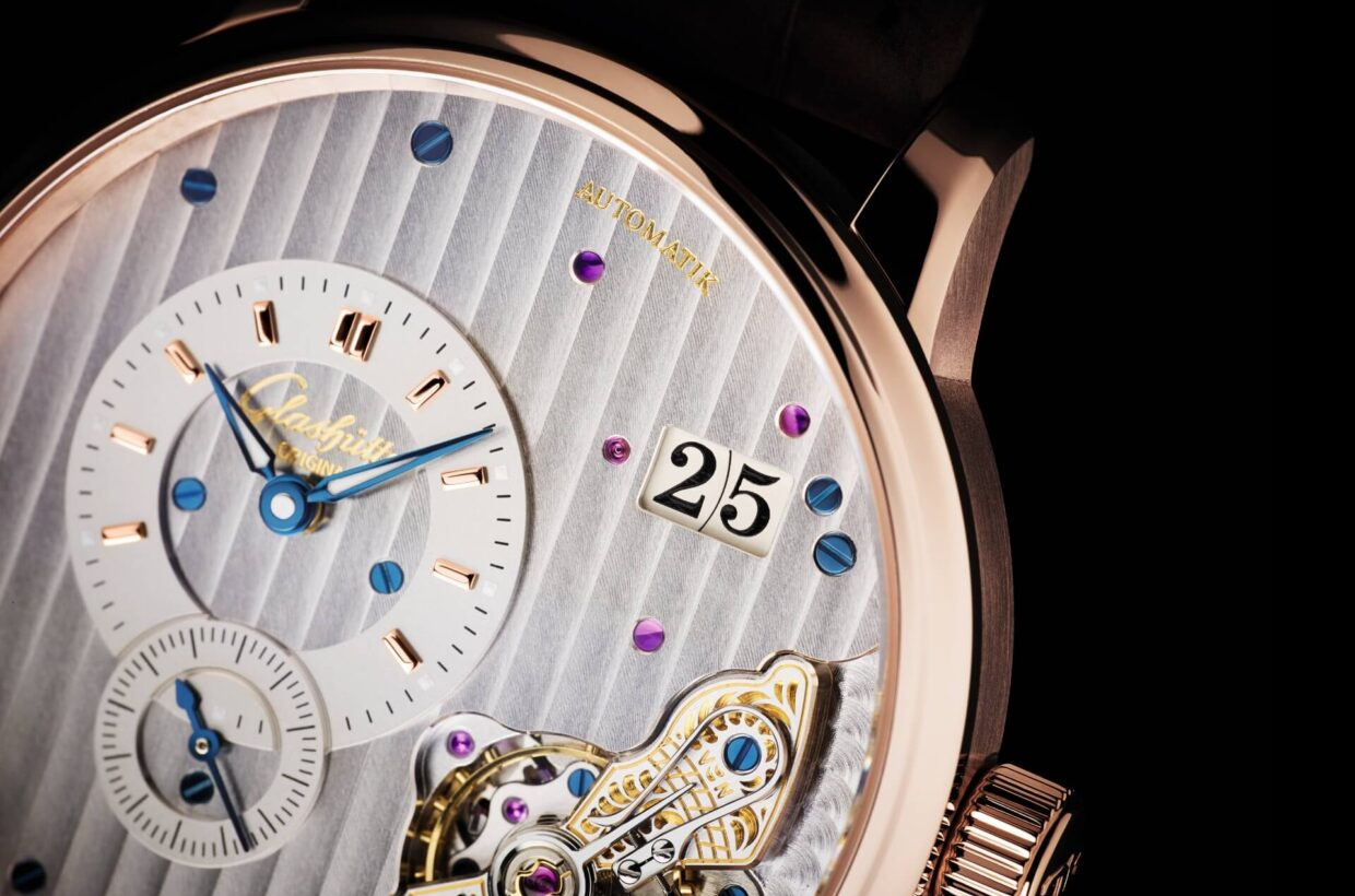 Rhodium-plated dial Galvanic rhodium dial, gold-plated appliques, display of hours and minutes on upper dial ring, small seconds on lower dial ring, blued hands partially inlaid with Super-LumiNova