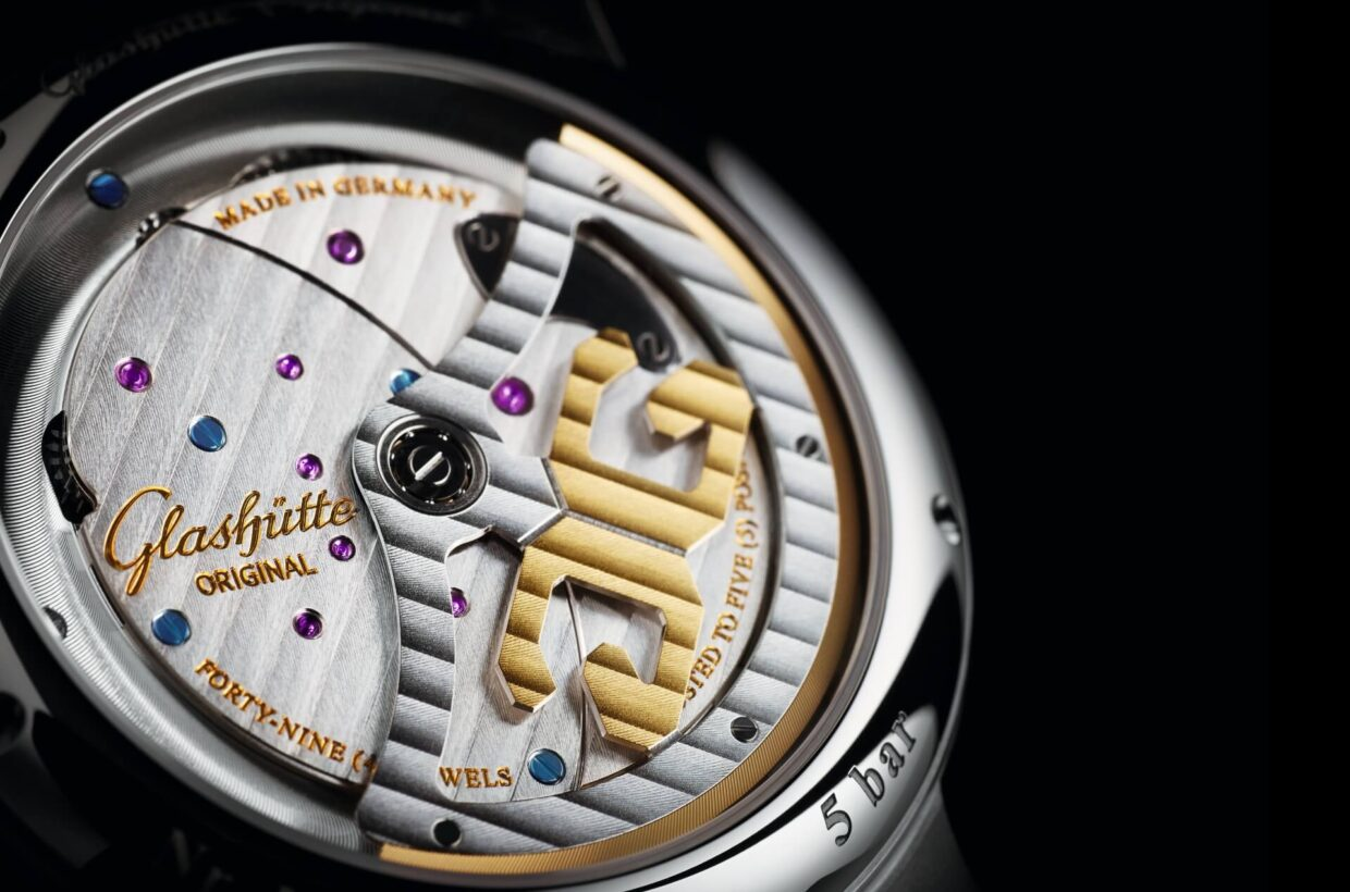 Typical Glashütte features A number of traditional Glashütte features that are normally hidden discreetly on the back of the watch make an impressive appearance on the PanoMaticInverse, among them the three-quarter plate, the Glashütte stripes finish, a meticulous perlage finish, blued screws, a hand-engraved balance cock and bevelled edges.