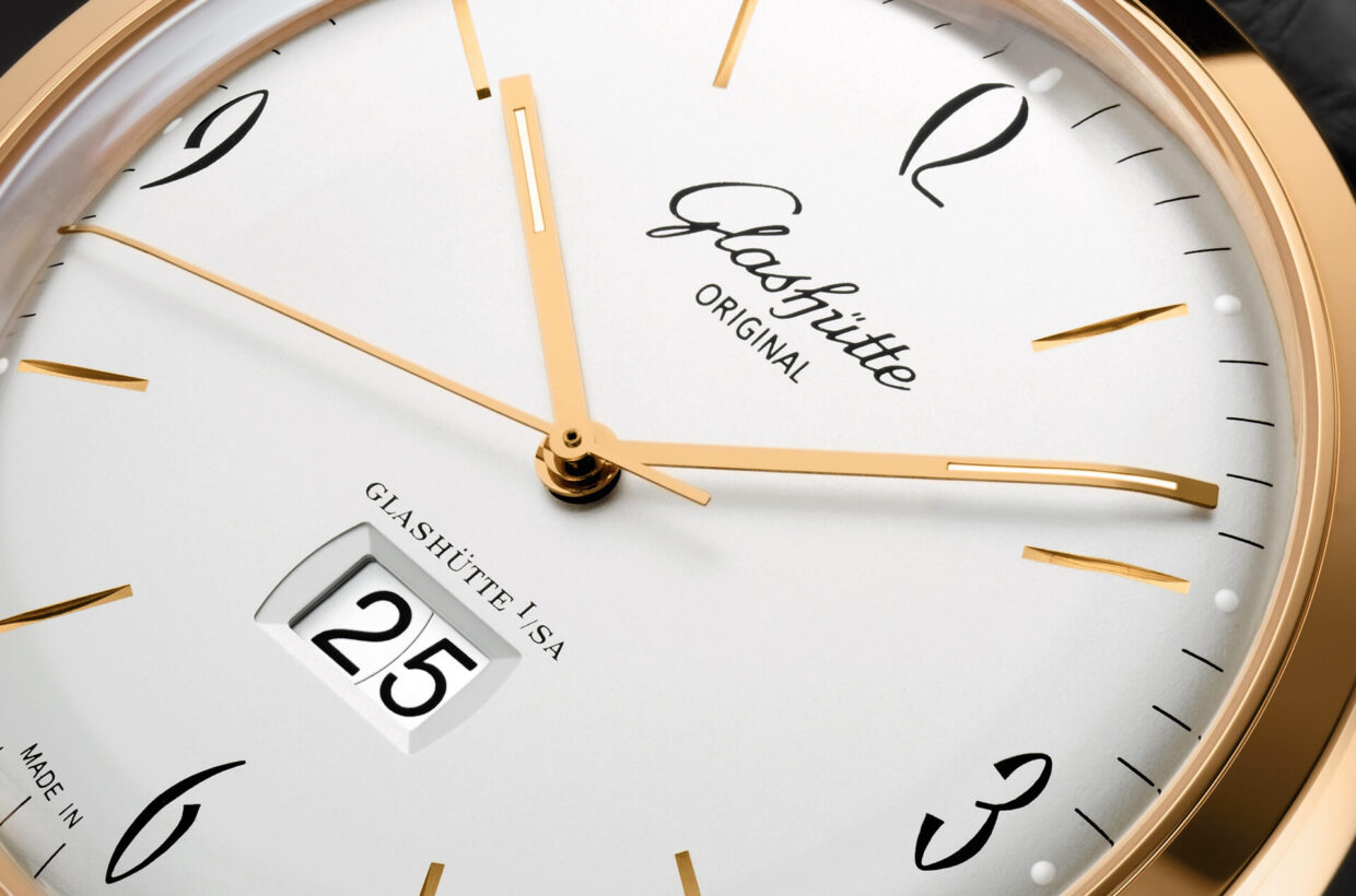 Silver-coloured dial Domed, galvanic silver dial with incised hour indexes, black Arabic numerals and a finely drawn black minute scale with luminous dots