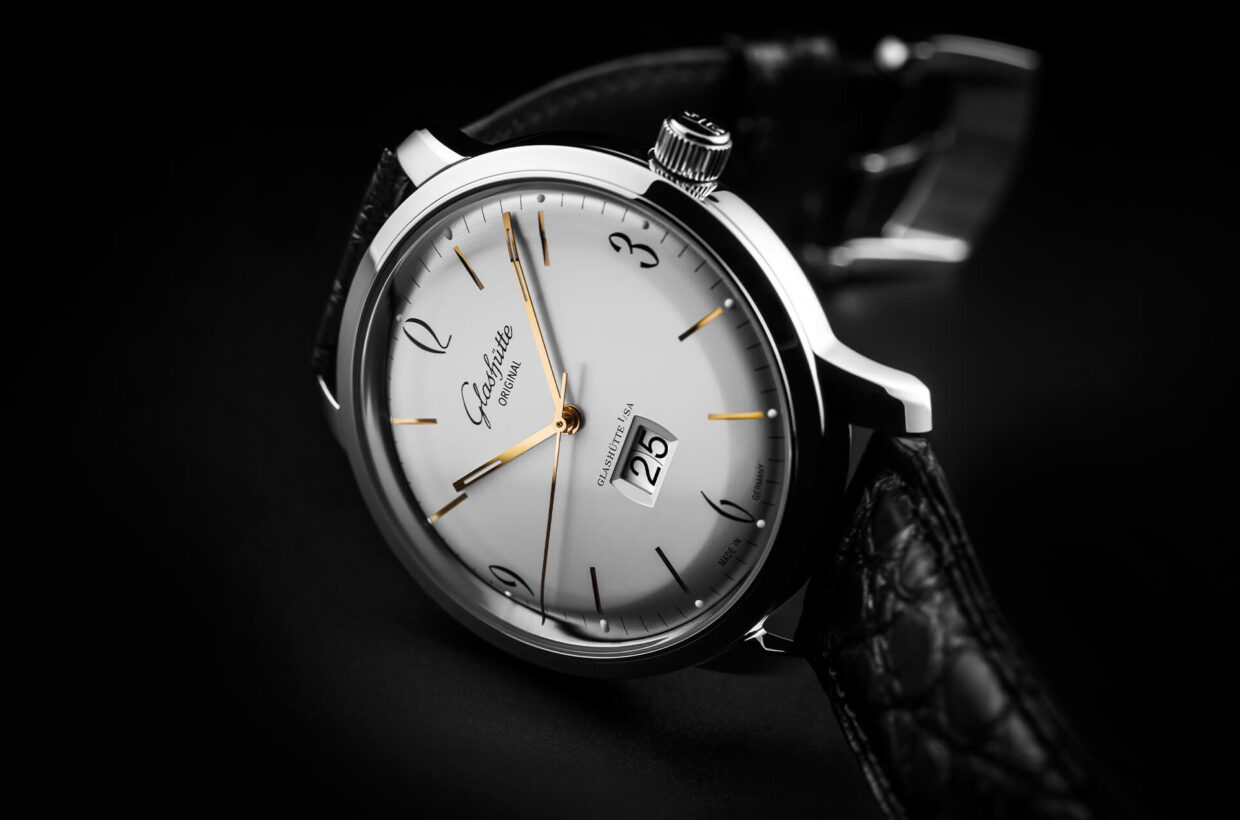 Silver-coloured dial Domed, galvanic silver dial with incised hour indexes, black Arabic numerals and a finely drawn black minute scale with luminous dots.