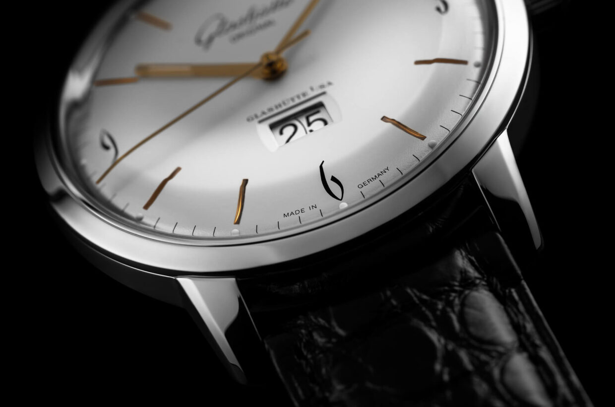 Gold-plated hands Slightly curved gold-plated hands with Super-LumiNova inlays