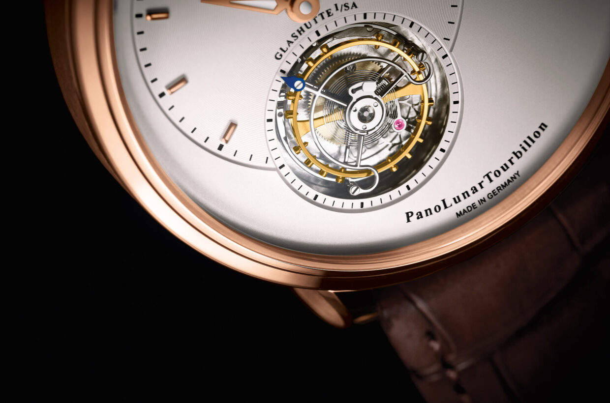Silver-coloured dial Galvanic silver dial, applied hour indexes and hands in red gold, hour and minute display turned out for visual depth, cut-out in the dial reveals Flying Tourbillon