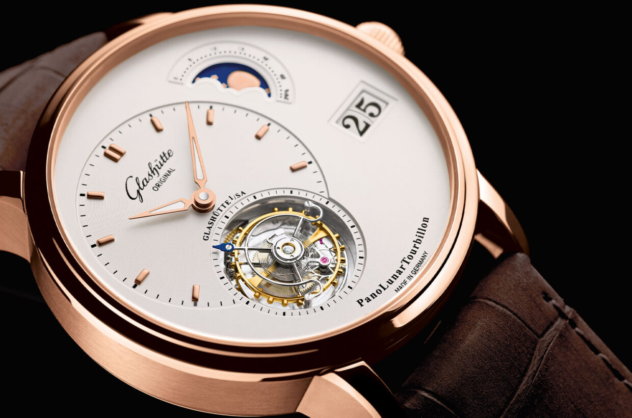 Ingenious and complicated This sophisticated mechanical watch features not one, but three elaborate complications at once: an elegant moon phase, the characteristic Panorama Date by Glashütte Original and the Flying Tourbillon, which was developed in 1920 by Alfred Helwig.