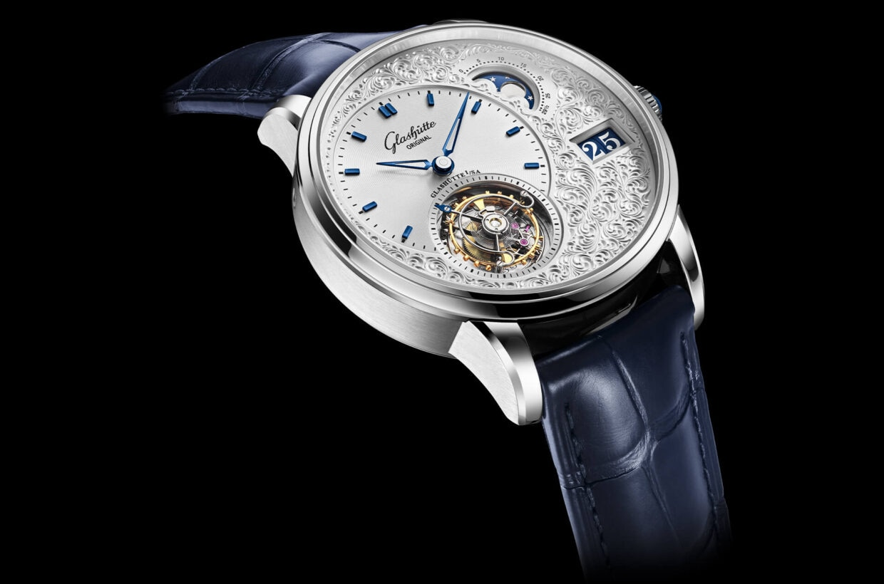 Harmonious arrangement This model captivates thanks to its asymmetric dial layout. The display for hours and minutes and the Flying Tourbillon lie on a vertical axis within the left half of the dial. The Panorama Date and moon phase are found on the right side, resulting in a harmonious overall image.