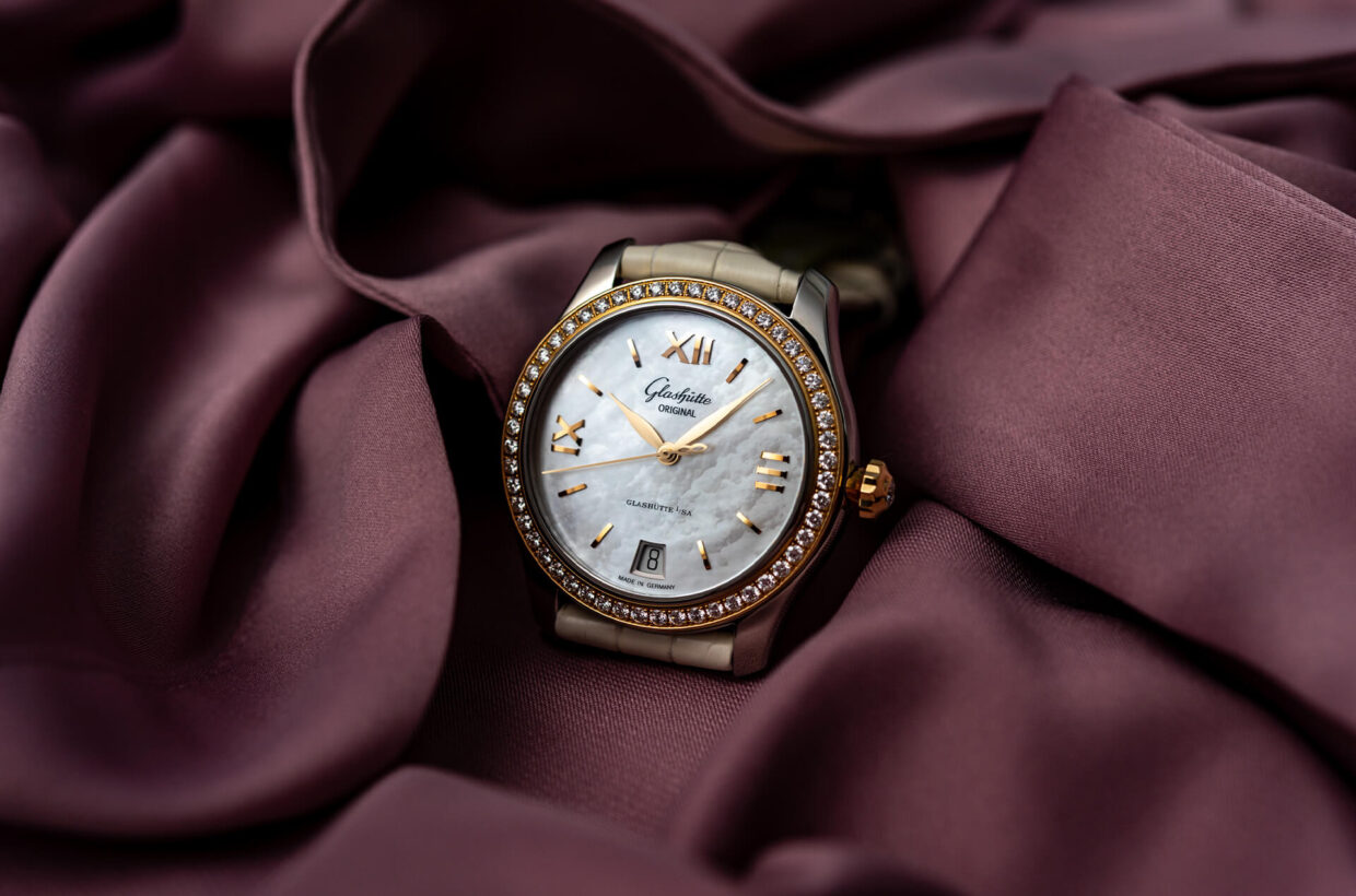 Feminine watches At Glashütte Original, beauty is a timeless obligation. Thus the refined Pavonina, Lady Serenade and PanoMatic Luna ladies' models rely on classic elements of style, reinterpreted in a feminine way. Optimal precision engages here with irresistible forms and seductive, nuanced hues. Discover the Ladies Collection