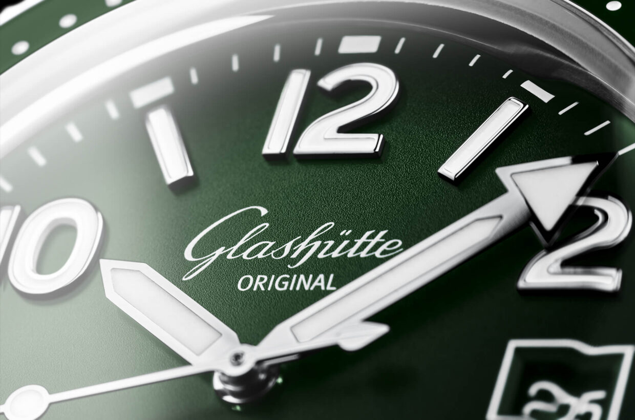 Optimal legibility The handcrafted dial shimmers in a rich reed green. Super-LumiNova on the hands and appliques ensures optimal legibility under all lighting conditions.