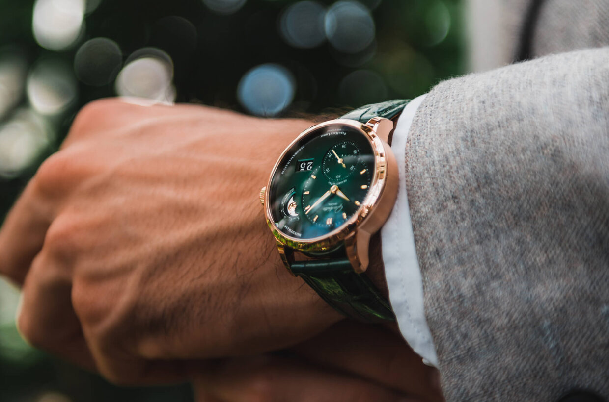 Designed to be different In the classic circular case, one notices the unusual asymmetric dial with its intricate off-centre hour and minute hands and its prominent small second display on the left side.