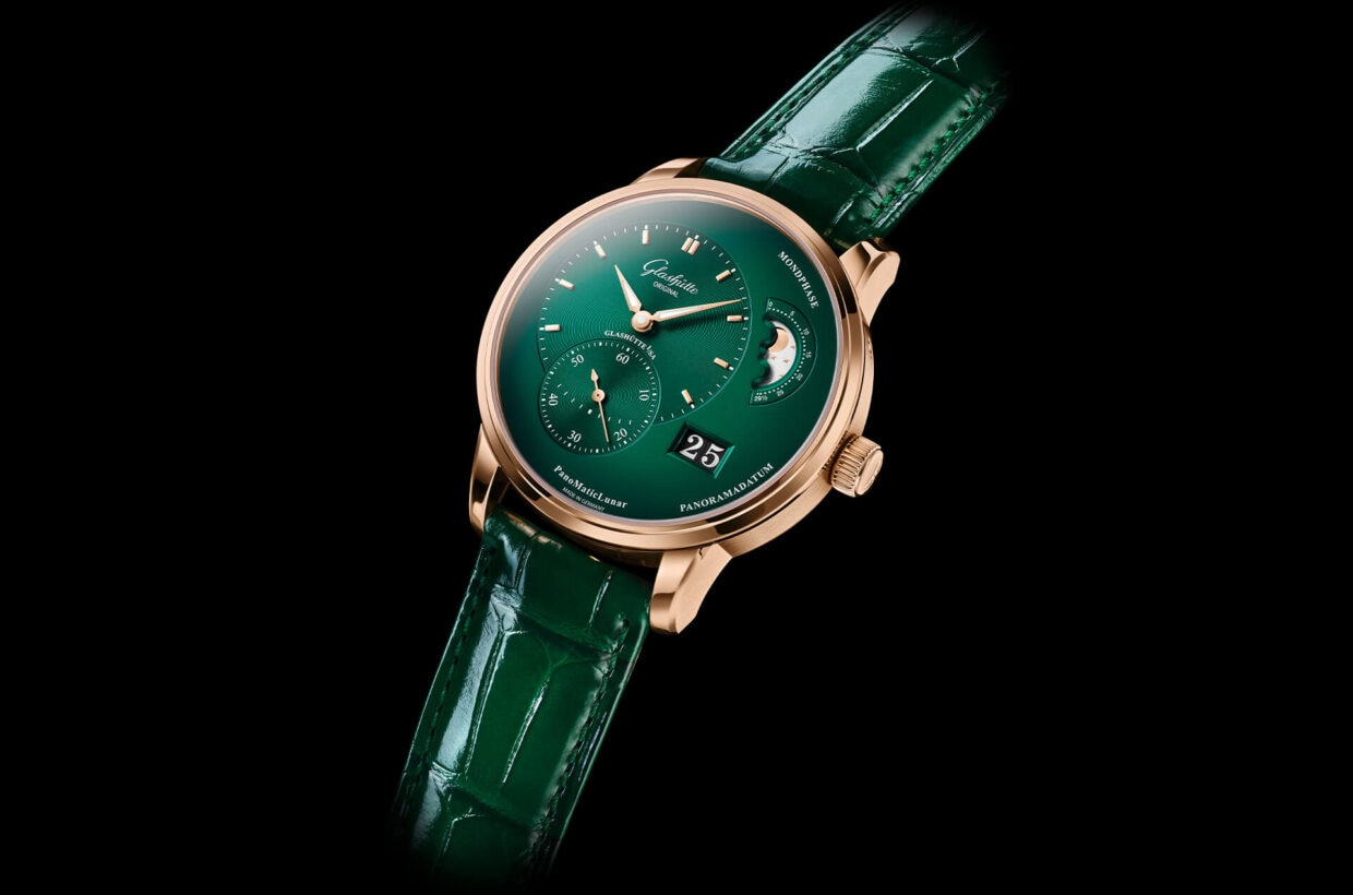 Polished to perfection The red gold case and crown are polished to perfection and offer a warm contrast to the rich, deep green of the dial. The glossy alligator leather strap in green is the finishing touch to a harmonious presentation.