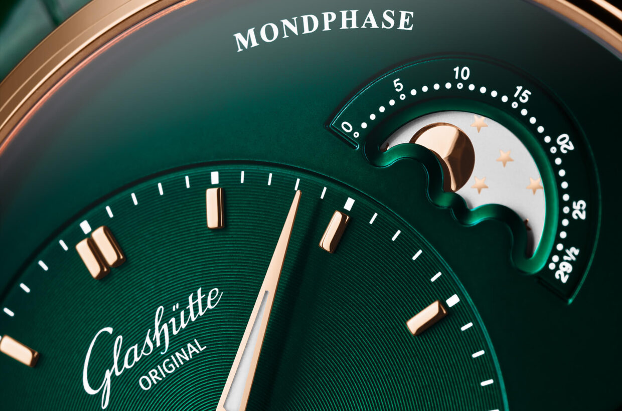 Beyond the obvious Glashütte Original's characteristic Panorama Date and the elegant moon phase with its star-studded night sky and convex polished moon can be admired on the right side of the dial.