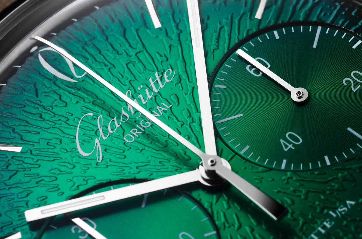 A bright green dial The stainless steel case leads the eye to a handmade retro dial. The dégradé effect travels from a bright green at the centre to a darker shade at the edge. The dial also features a finely textured surface made using the original tools and methods of the time.